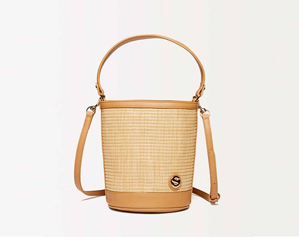 Bucket bag in raffia